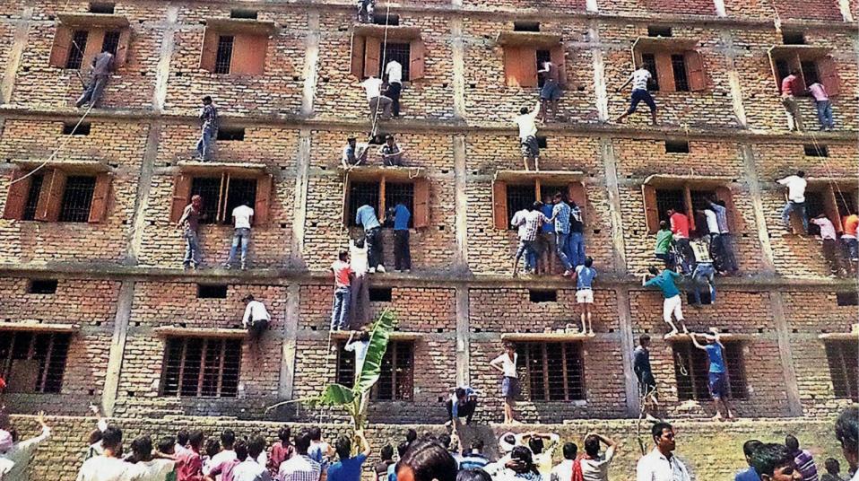 Sommige ouders riskeren hun leven voor examenfaude van hun kinderen. Zouden ze dat voor jou ook doen?!