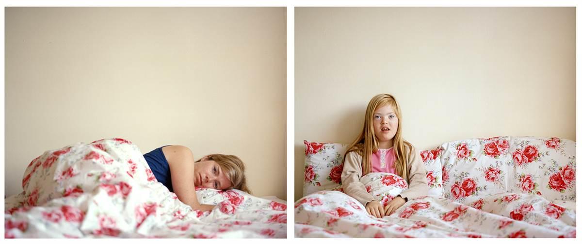 Moeder helpt dochter met Down zelfstandiger te worden met behulp van fotografie