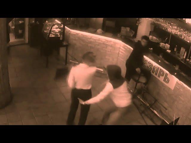 VIDEO: Boontje komt om zijn loontje nadat hij een serveerster lastig valt