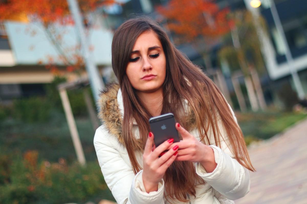 Wat zegt het over je persoonlijkheid als je continu je telefoon checkt?