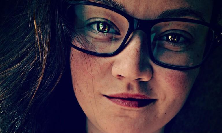 16 irritante dingen die alleen meisjes met brillen zullen begrijpen