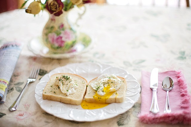 poached-eggs-on-toast-739401_640