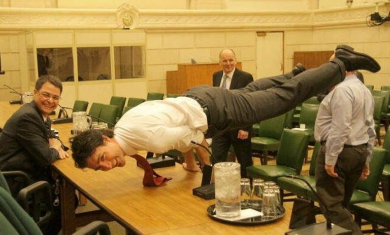 Deze foto van Justin Trudeau zou je zelfvertrouwen wat naar beneden kunnen halen